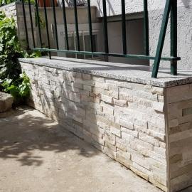 Natursteinriemchen mit einer Granitabdeckung